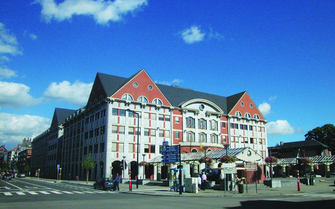 L'hôtel de ville et les écoles de Jambes CJ46 2004